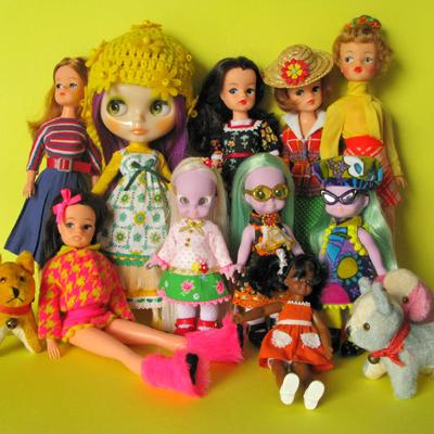 En härlig blandning av olika dockor! Sindy, Blythe, Emerald Witch och en liten flicka från Barbiefamiljen och två vintagehundar.