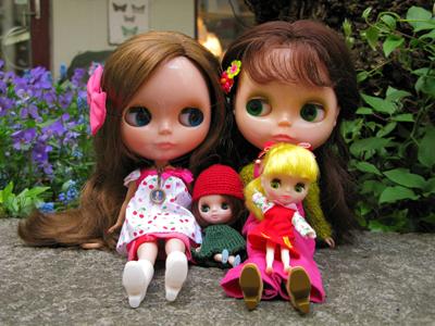 Neo-Blythe till vänster, Kenner till höger tillsammans med två Petite Blythe.
